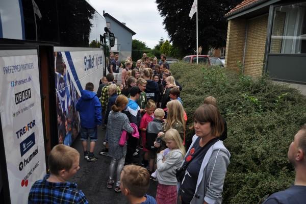 Børnene ankommer med busserne