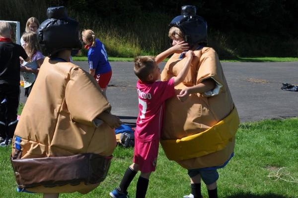 Den klassiske OL-disciplin  - forhindringsbane i sumodragter