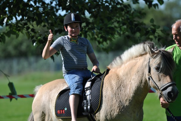Organisationen 4H deltog i kræmmermarkedet, og havde taget to flotte Nordbakker-heste med, som børnene kunne ride på