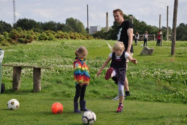 Lea øver sig i fodboldgolf