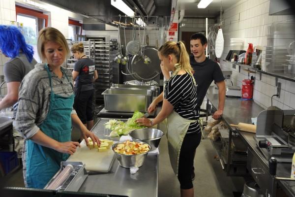 Køkkenholdet knokler i køkkenet med at forberede alle dagens måltider