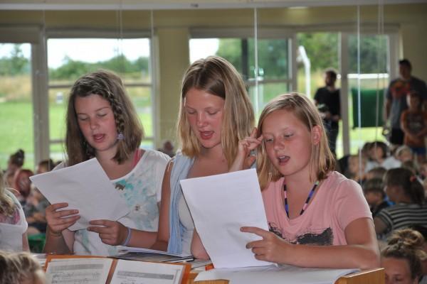 Børnene, der havde været på sangworkshop, optrådte for alle de andre børn