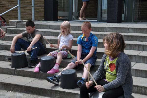 Stomp-workshoppen optræder for de andre børn